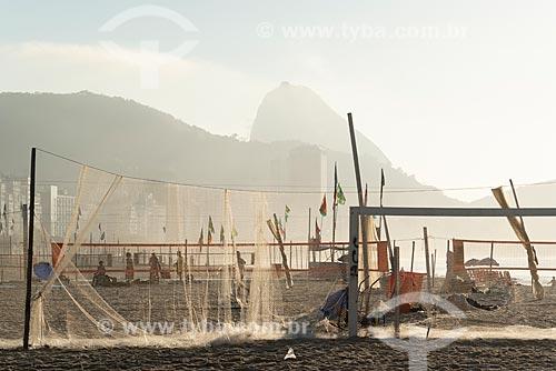 Colônia de pescadores Z-13 - no Posto 6 da Praia de Copacabana durante o amanhecer com a Pão de Açúcar ao fundo  - Rio de Janeiro - Rio de Janeiro (RJ) - Brasil
