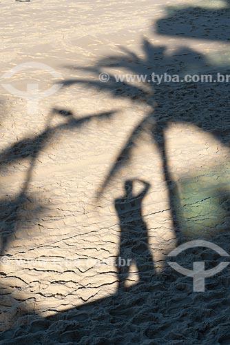 Sombra de fotógrafo na orla da Praia de Ipanema  - Rio de Janeiro - Rio de Janeiro (RJ) - Brasil