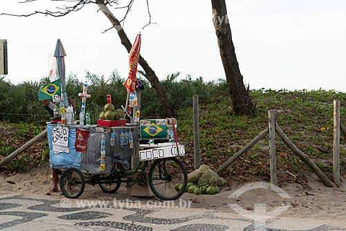Detalhe de vendedor ambulante de coco na orla da Praia de Ipanema  - Rio de Janeiro - Rio de Janeiro (RJ) - Brasil