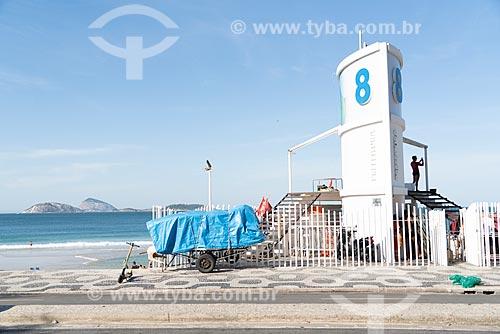Detalhe de carrinho de burro-sem-rabo com cadeiras de praia na orla da Praia de Ipanema - Posto 8  - Rio de Janeiro - Rio de Janeiro (RJ) - Brasil
