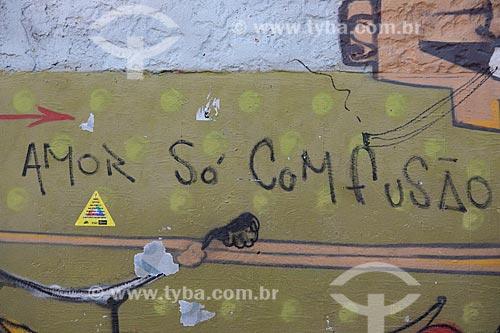 Detalhe de intervenção urbana com o dizer: Amor só com fusão  - Rio de Janeiro - Rio de Janeiro (RJ) - Brasil