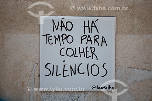 Detalhe de intervenção urbana com o dizer: Não há tempo para colher silêncios  - Rio de Janeiro - Rio de Janeiro (RJ) - Brasil