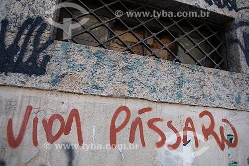 Detalhe de intervenção urbana com o dizer: Vida pássaro  - Rio de Janeiro - Rio de Janeiro (RJ) - Brasil