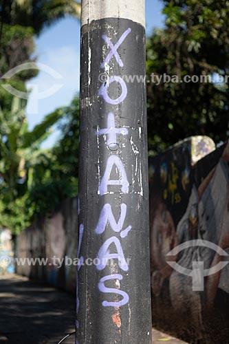 Detalhe de intervenção urbana em poste com o dizer: Xotanás  - Rio de Janeiro - Rio de Janeiro (RJ) - Brasil