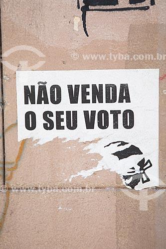 Detalhe de intervenção urbana com o dizer: Não venda o seu voto  - Rio de Janeiro - Rio de Janeiro (RJ) - Brasil
