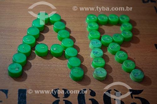 Detalhe de letreiro com as letras: AR feitas com tampas de refrigerante no Centro Luiz Gonzaga de Tradições Nordestinas  - Rio de Janeiro - Rio de Janeiro (RJ) - Brasil