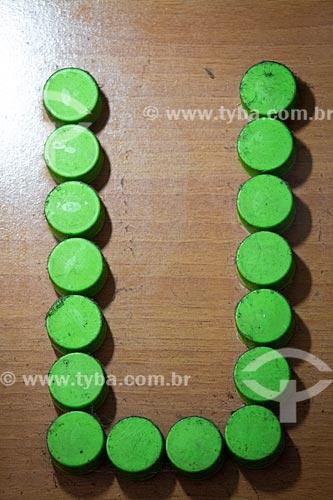 Detalhe de letreiro com a letra: U feitas com tampas de refrigerante no Centro Luiz Gonzaga de Tradições Nordestinas  - Rio de Janeiro - Rio de Janeiro (RJ) - Brasil
