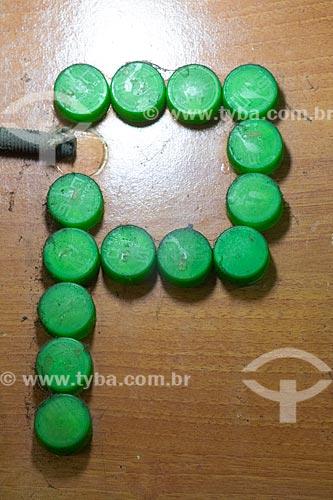 Detalhe de letreiro com a letra: P feitas com tampas de refrigerante no Centro Luiz Gonzaga de Tradições Nordestinas  - Rio de Janeiro - Rio de Janeiro (RJ) - Brasil
