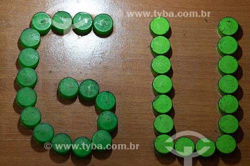 Detalhe de letreiro com as letras: GU feitas com tampas de refrigerante no Centro Luiz Gonzaga de Tradições Nordestinas  - Rio de Janeiro - Rio de Janeiro (RJ) - Brasil