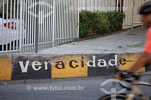 Detalhe de intervenção urbana com o dizer: Veracidade  - Rio de Janeiro - Rio de Janeiro (RJ) - Brasil
