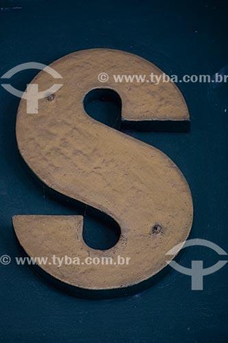 Detalhe de letreiro com a letra: S  - Rio de Janeiro - Rio de Janeiro (RJ) - Brasil