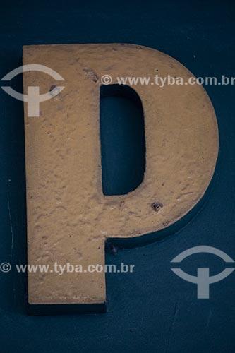 Detalhe de letreiro com a letra: P  - Rio de Janeiro - Rio de Janeiro (RJ) - Brasil