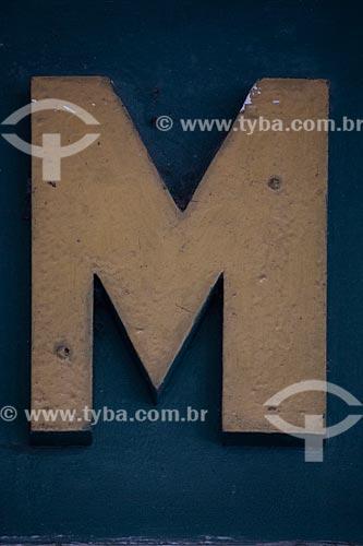 Detalhe de letreiro com a letra: M  - Rio de Janeiro - Rio de Janeiro (RJ) - Brasil