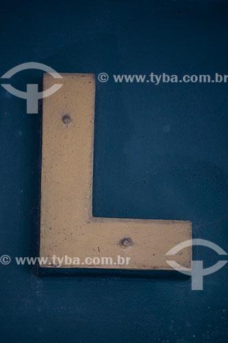 Detalhe de letreiro com a letra: L  - Rio de Janeiro - Rio de Janeiro (RJ) - Brasil