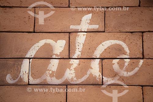 Detalhe de intervenção urbana com o dizer: Ato  - Rio de Janeiro - Rio de Janeiro (RJ) - Brasil