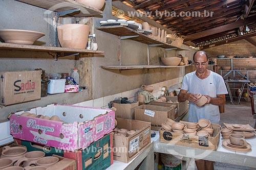Artesão ceramista em loja de artesanato  - Cunha - São Paulo (SP) - Brasil