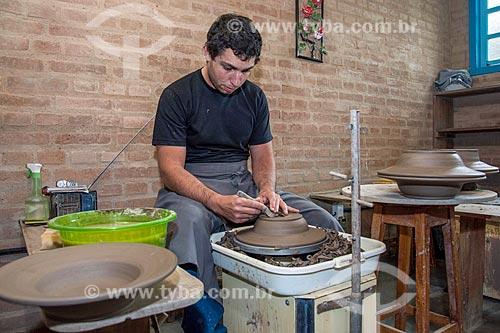 Detalhe de artesão moldando utensílio em cerâmica  - Cunha - São Paulo (SP) - Brasil