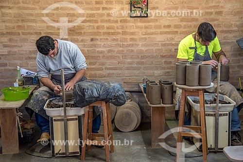 Detalhe de artesãos moldando utensílio em cerâmica  - Cunha - São Paulo (SP) - Brasil