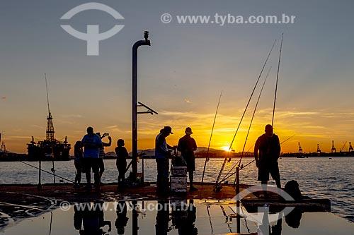 Turistas e pescadores durante o pôr do sol na Praça Mauá  - Rio de Janeiro - Rio de Janeiro (RJ) - Brasil