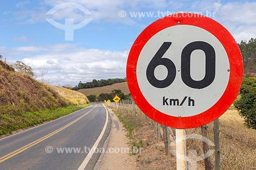 Sinalização rodoviária na Rodovia MG-353 entre as cidade de Guarani e Piraúba  - Guarani - Minas Gerais (MG) - Brasil