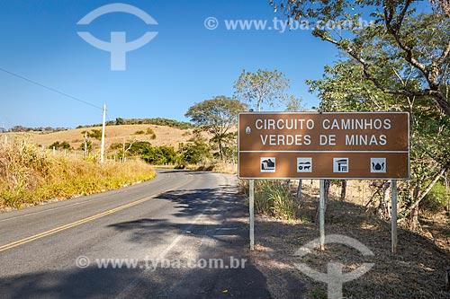 Placa indicando a rota turística Circuito de Caminhos Verdes de Minas em trecho da Rodovia MG-353 entre as cidade de Guarani e Rio Novo  - Guarani - Minas Gerais (MG) - Brasil