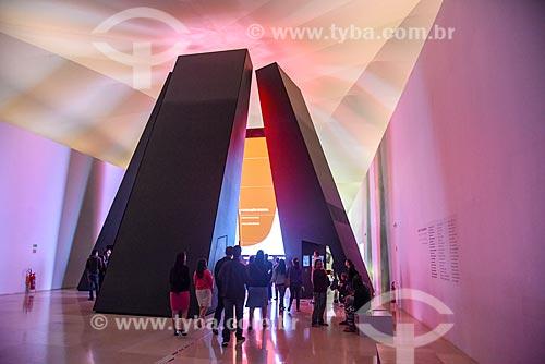 Instalação Antropoceno - seis pilares de dez metros com projeções evidenciando a interferência humana no planeta - no Museu do Amanhã  - Rio de Janeiro - Rio de Janeiro (RJ) - Brasil