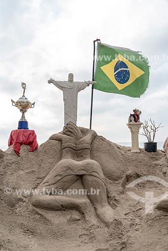 Escultura em areia de mulheres de biquíni e Cristo Redentor com a bandeira do Brasil na Praia de Copacabana  - Rio de Janeiro - Rio de Janeiro (RJ) - Brasil