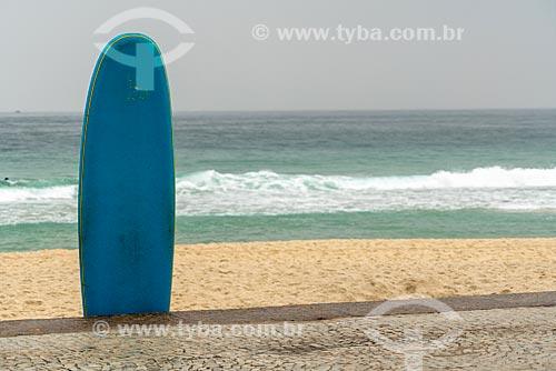 Prancha de surf na orla da Praia de Copacabana  - Rio de Janeiro - Rio de Janeiro (RJ) - Brasil