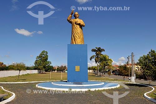 Detalhe da estátua do Padre Donizetti  - Tambaú - São Paulo (SP) - Brasil