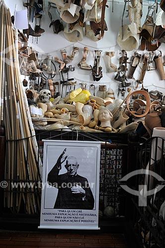 Próteses na sala dos milagres da Casa Museu Padre Donizetti - onde morou o Padre Donizetti  - Tambaú - São Paulo (SP) - Brasil