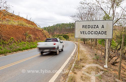 Placa com os dizeres: Reduza a velocidade no acostamento Rodovia MG-353 - entre as cidades de Piraúba e Guarani  - Guarani - Minas Gerais (MG) - Brasil