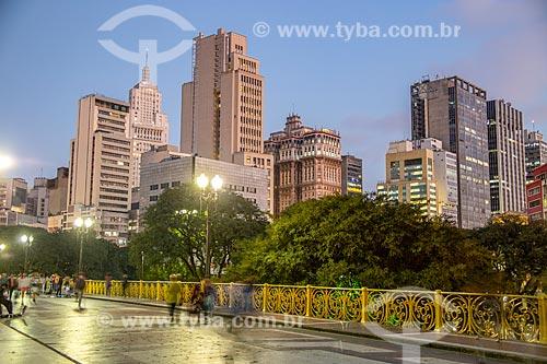 Vista do Viaduto Santa Ifigênia (1913) com os prédios do centro de São Paulo durante o pôr do sol  - São Paulo - São Paulo (SP) - Brasil