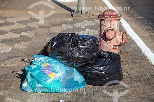 Detalhe de sacos de lixo em calçada  - São Paulo - São Paulo (SP) - Brasil