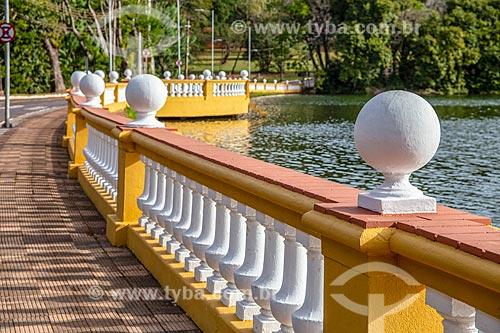 Ponte sobre lago no Campus Ribeirão Preto da Universidade de São Paulo  - Ribeirão Preto - São Paulo (SP) - Brasil