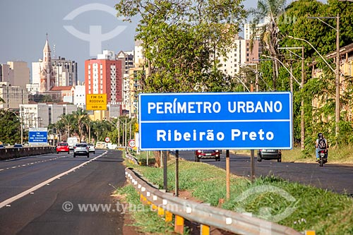 Sinalização rodoviária indicando perímetro urbano na Rodovia SP-333  - Ribeirão Preto - São Paulo (SP) - Brasil