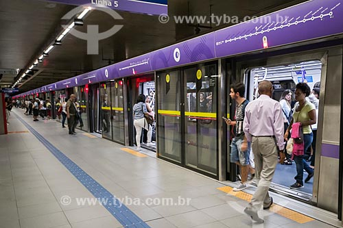 Metrô linha 5 Lilás - Estação Adolfo Pinheiro do Metrô de São Paulo - Trem com porta anti suicídio  - São Paulo - São Paulo (SP) - Brasil