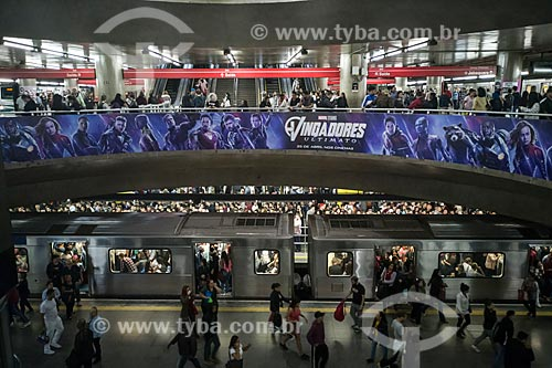 Metrô Linha 1 Azul - Passageiros aguardando embarque na plataforma da Estação Sé do Metrô de São Paulo  - São Paulo - São Paulo (SP) - Brasil