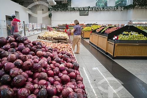 Seção de cebolas e frutas em hortifruti  - São Paulo - São Paulo (SP) - Brasil