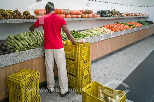 Repositor em seção de legumes de hortifruti  - São Paulo - São Paulo (SP) - Brasil