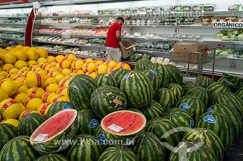 Frutas e repositor em seção de verduras de hortifruti  - São Paulo - São Paulo (SP) - Brasil