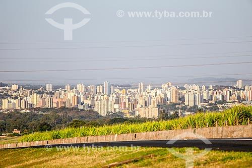 Trecho do Anel Viário de Ribeirão Preto com canavial no acostamento e a cidade de Ribeirão Preto ao fundo  - Ribeirão Preto - São Paulo (SP) - Brasil