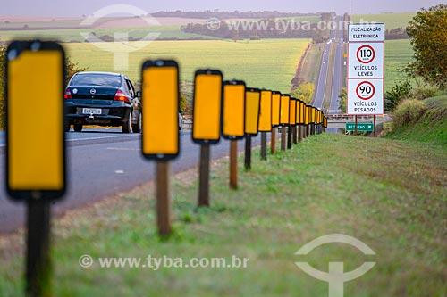 Sinalização rodoviária no acostamento da Rodovia Antônio Machado Santanna (SP-255)  - Ribeirão Preto - São Paulo (SP) - Brasil