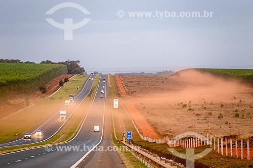 Poeira invadindo a Rodovia Antônio Machado Santanna (SP-255)  - Ribeirão Preto - São Paulo (SP) - Brasil