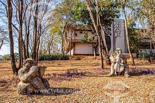 Estátuas no Espaço Cultural Professor Thirso Cruz com o prédio da Secretaria de Cultura ao fundo  - Ribeirão Preto - São Paulo (SP) - Brasil
