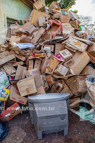 Recicláveis descartado irregularmente em frente ao antigo Matadouro Público Municipal  - Santa Maria da Serra - São Paulo (SP) - Brasil