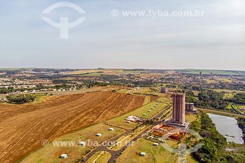 Foto feita com drone de canavial com o Parque Olhos DÁgua - à esquerda - e condomínio residencial  - Ribeirão Preto - São Paulo (SP) - Brasil