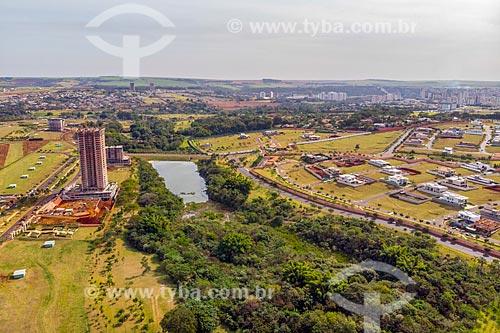 Foto feita com drone do Parque Olhos DÁgua com condomínio residencial  - Ribeirão Preto - São Paulo (SP) - Brasil