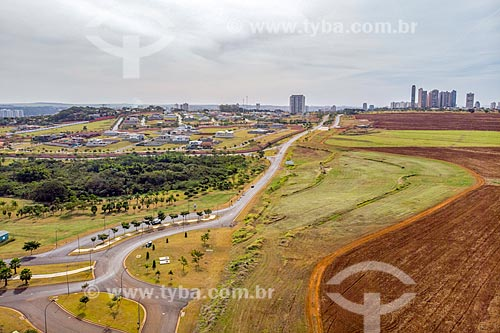 Foto feita com drone de canavial próximo ao Parque Olhos DÁgua com condomínio residencial ao fundo  - Ribeirão Preto - São Paulo (SP) - Brasil