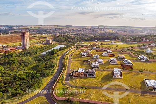 Foto feita com drone do Parque Olhos DÁgua - à esquerda - com condomínio residencial  - Ribeirão Preto - São Paulo (SP) - Brasil