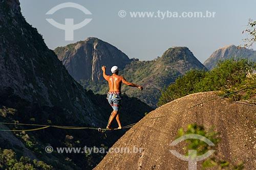 Praticante de slackline entre o Morro da Babilônia e o Morro da Urca  - Rio de Janeiro - Rio de Janeiro (RJ) - Brasil